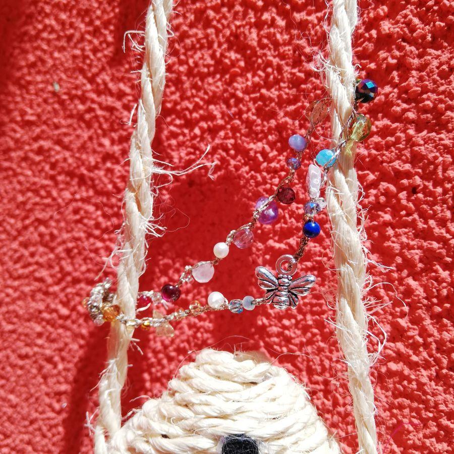 braccialetto con ape e pietre e perline di tanti colori