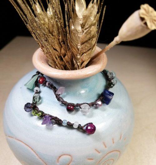 braccialetto con pietre dure di molti colori