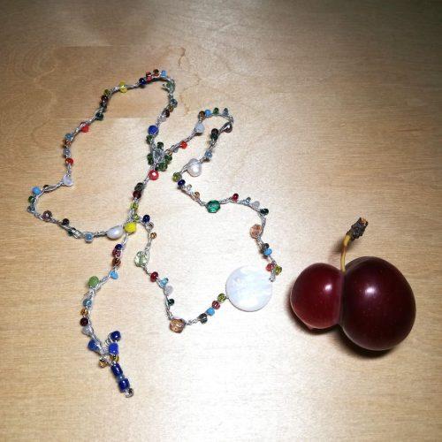collana con perline e cristalli multicolori